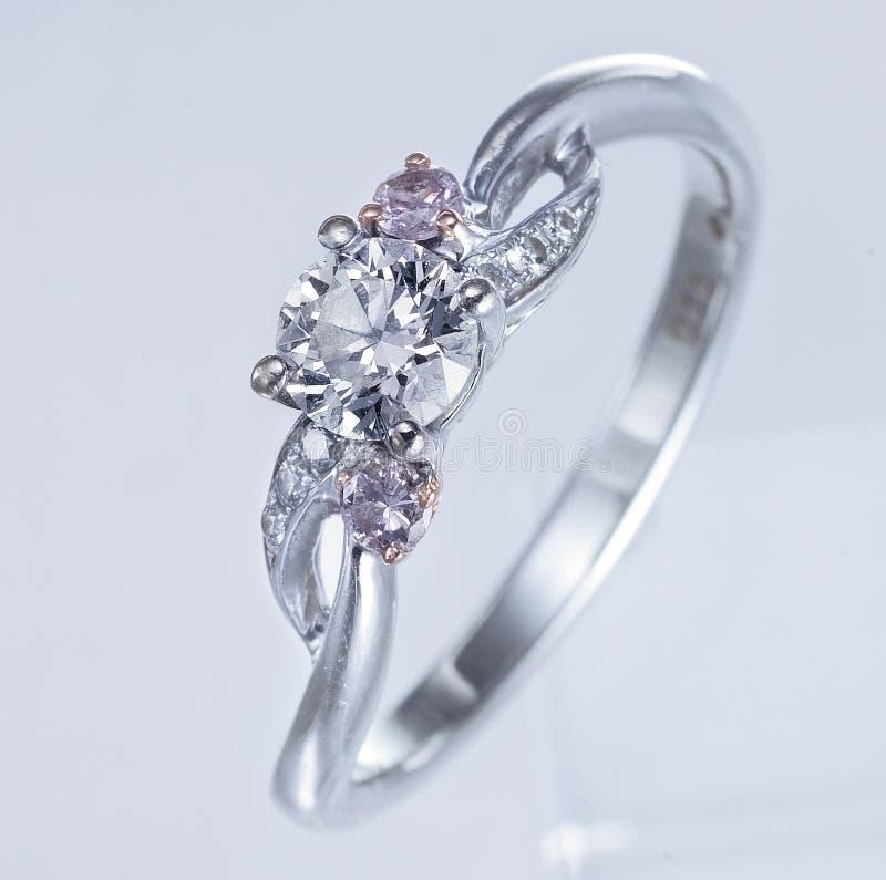 Beau Diamond Ring, fond blanc photos stock