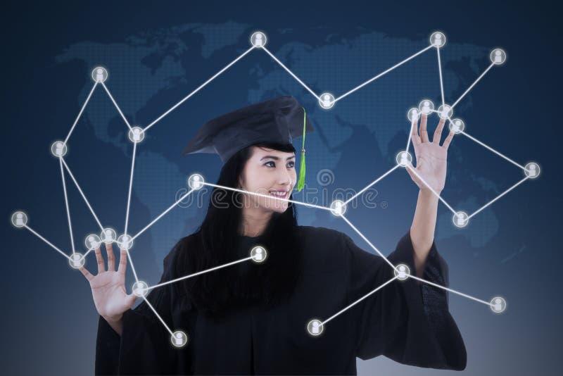 Beau diplômé avec le concept social de réseau image libre de droits