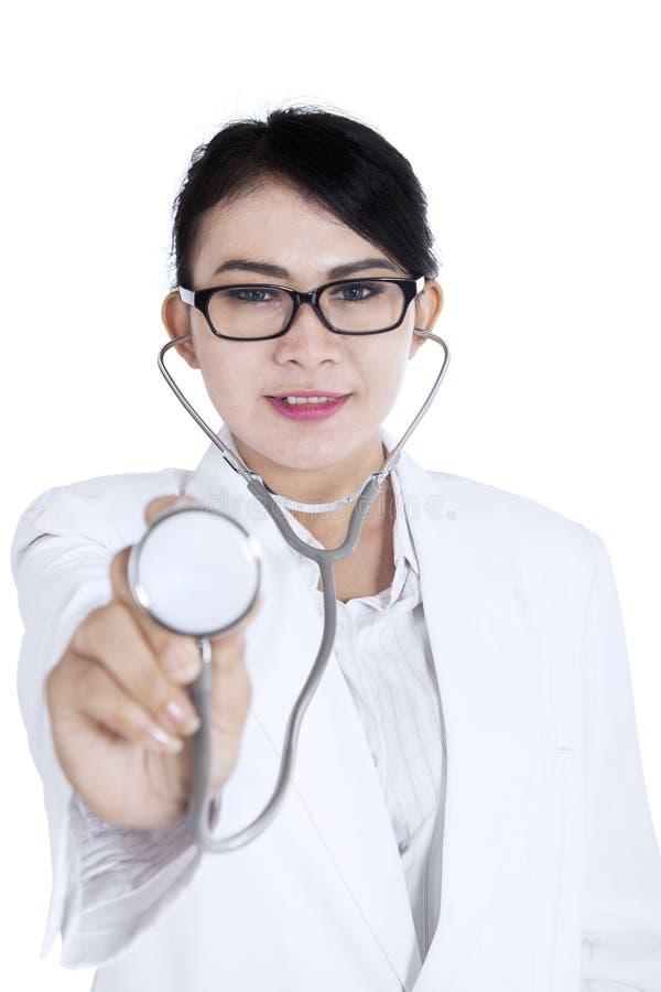 Beau docteur avec le stéthoscope sur le blanc