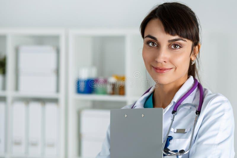 Beau docteur féminin de sourire amical de charme de médecine photo stock