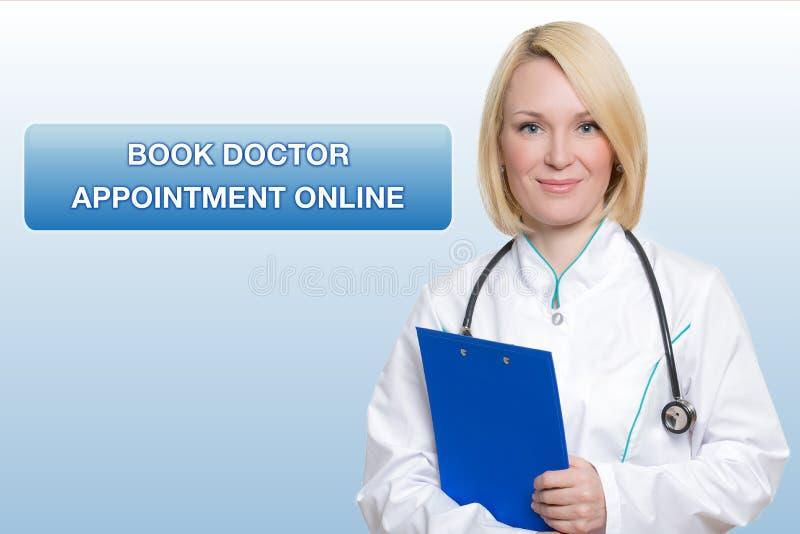 Beau docteur féminin tenant le sourire de presse-papiers image stock