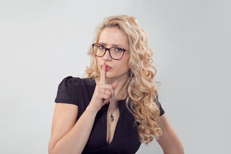 Beau doigt strict de participation de femme sur des lèvres images stock