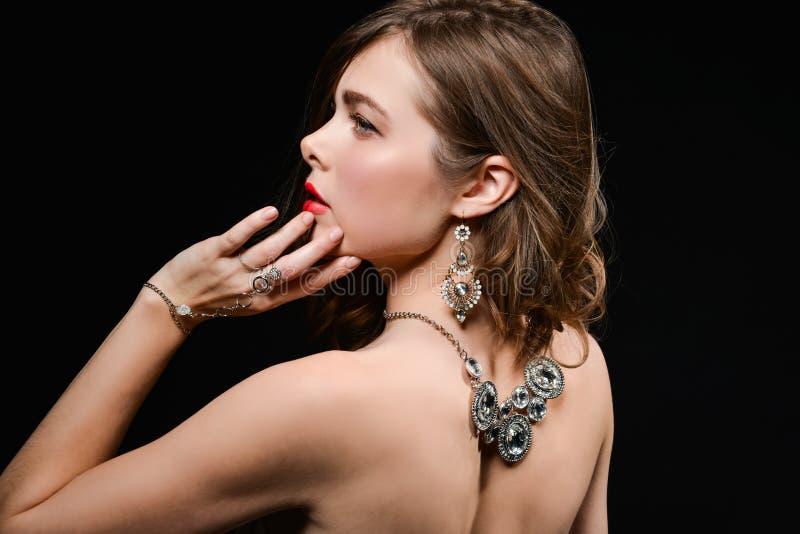 Beau dos d'une jeune femme avec un collier sur son dos nu photographie stock