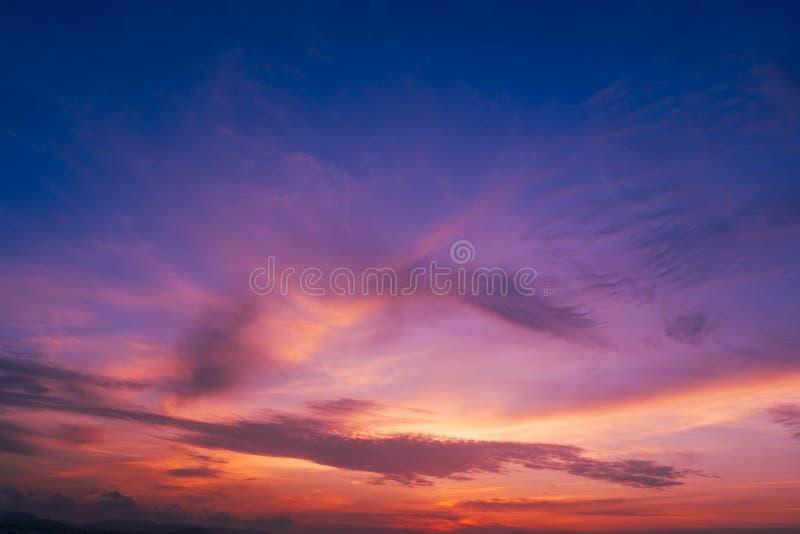 beau du nuage stratus ? l'arri?re-plan de coucher du soleil pour la pr?vision et le concept de m?t?orologie image libre de droits