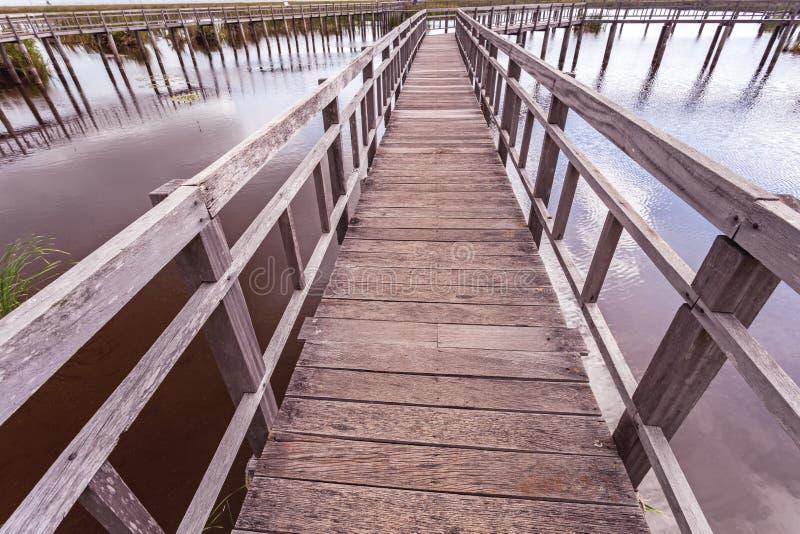 Beau du pont en bois et du lac en Sam Roi Yot National Park photos libres de droits