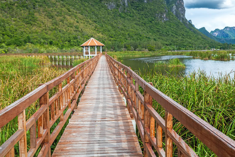 Beau du pont en bois et du lac en Sam Roi Yot National Park images stock