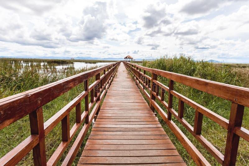 Beau du pont en bois et du lac en Sam Roi Yot National Park photo stock