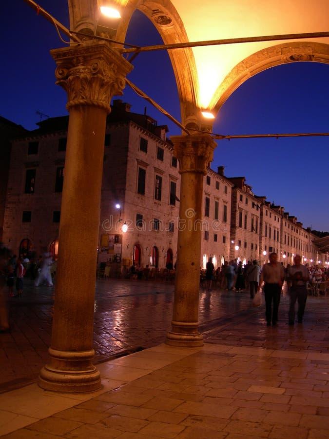 Beau Dubrovnik par nuit image stock