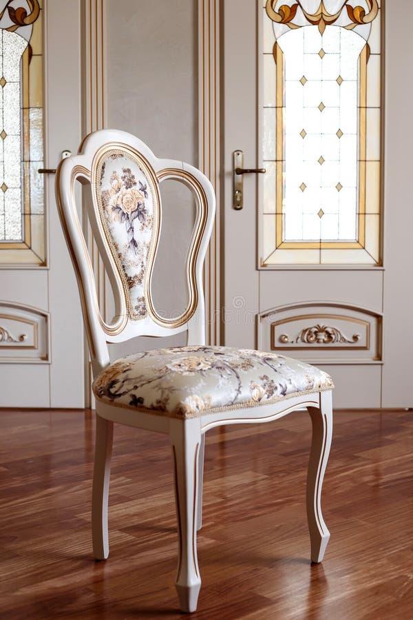 Beau et à la mode, chaise en bois de cru dans la chambre meubles d'objet dans le style classique arbre blanc avec l'équilibre d'o photo stock
