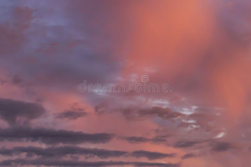 Beau et étonnant ciel au coucher du soleil photos stock