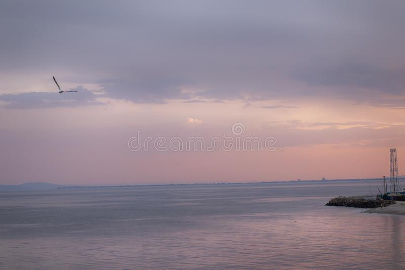 Beau et coloré crépuscule de plage de mer après coucher du soleil chez Nessebar près de Sunny Beach Bulgaria images libres de droits