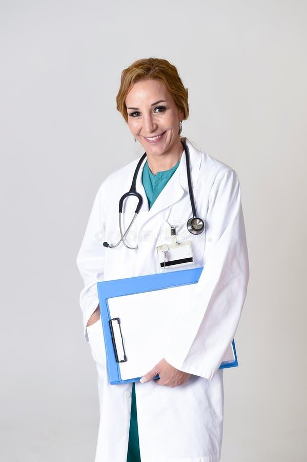 Download Beau Et Heureux Médecin Ou Infirmière De DM De Femme Posant Le Sourire Gai Avec Le Stéthoscope Photo stock - Image du people, heureux: 87702290