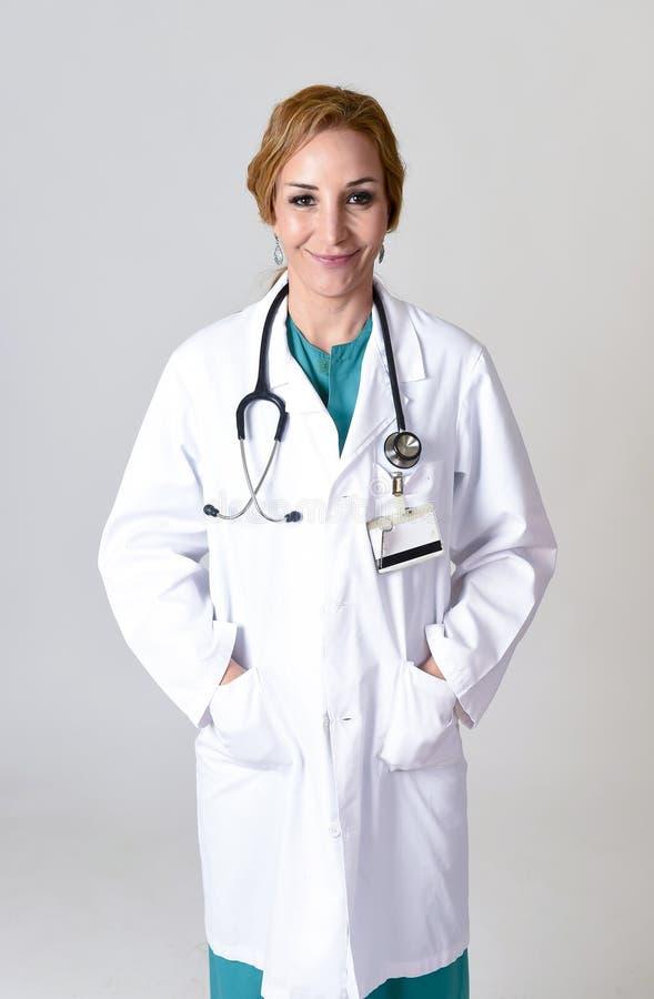 Download Beau Et Heureux Médecin Ou Infirmière De DM De Femme Posant Le Sourire Gai Avec Le Stéthoscope Photo stock - Image du attrayant, blond: 87702332