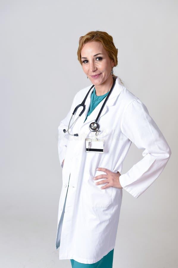Download Beau Et Heureux Médecin Ou Infirmière De DM De Femme Posant Le Sourire Gai Avec Le Stéthoscope Image stock - Image du fond, visage: 87702333