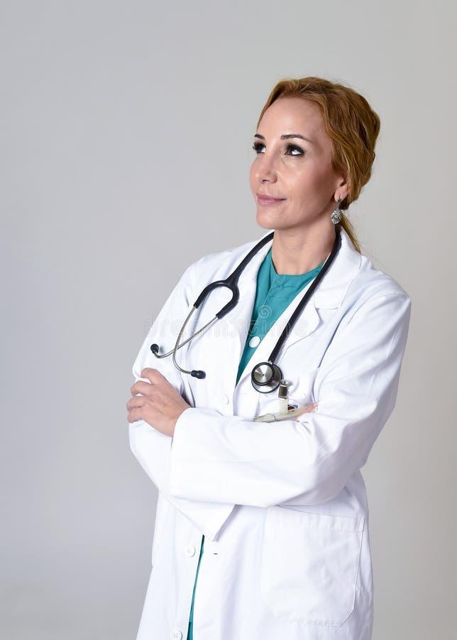 Download Beau Et Heureux Médecin Ou Infirmière De DM De Femme Posant Le Sourire Gai Avec Le Stéthoscope Image stock - Image du clinique, beau: 87702415