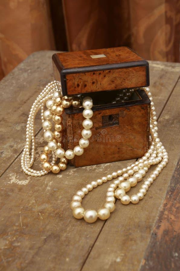 Beau et beau jewellerybox avec des perles sur une vieille table images libres de droits