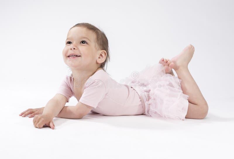 Beau et mignon enfant féminin caucasien s'étendant sur le plancher photo stock