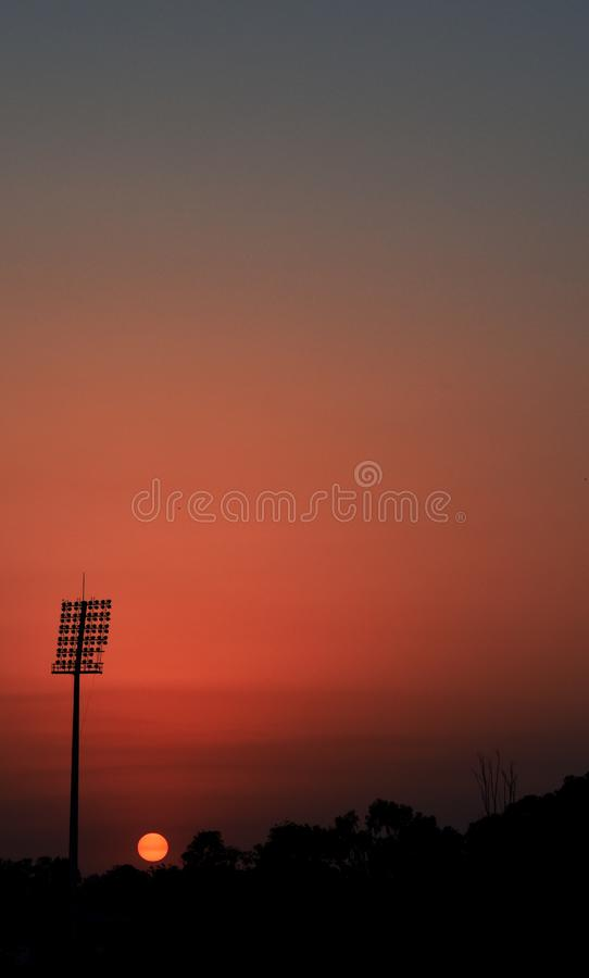 Beau et parfait coucher du soleil avec la tour de lumière de stade chez Jammu-et-Cachemire Inde images libres de droits