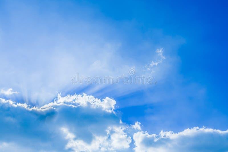 Beau faisceau de lumière et les nuages pelucheux ciel bleu avec des rayons du soleil images libres de droits