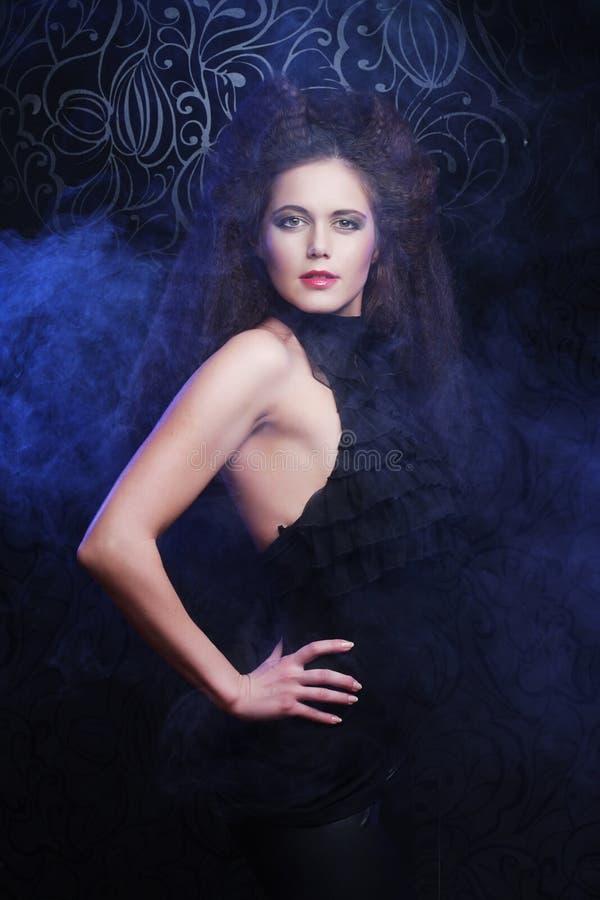 Beau femme à la mode dans la robe noire photographie stock