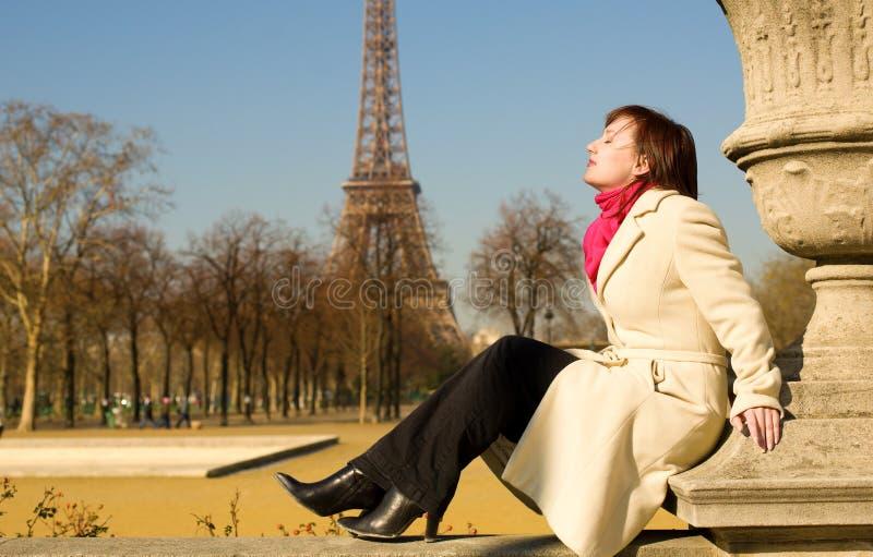Beau femme à Paris appréciant le jour de source photo stock