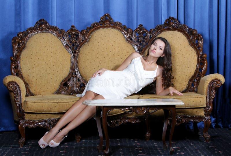 Beau femme élégant s'asseyant dans le fauteuil photos libres de droits