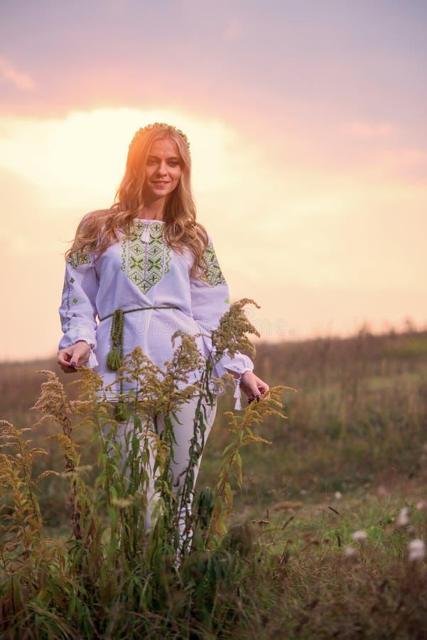 Beau femme au coucher du soleil photographie stock libre de droits