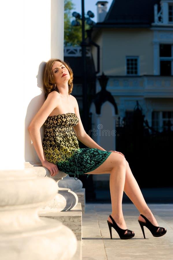 Beau femme au fléau. Rue-Pétersbourg photo libre de droits