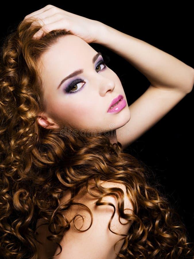 Beau femme avec de longs poils de beauté photos stock