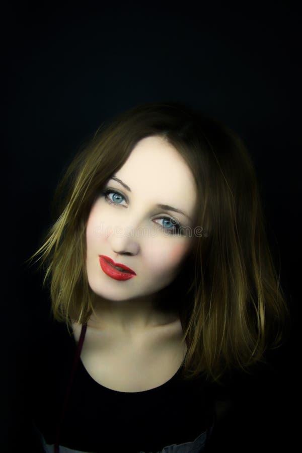 Beau femme avec des œil bleu et des languettes de rouge photos stock