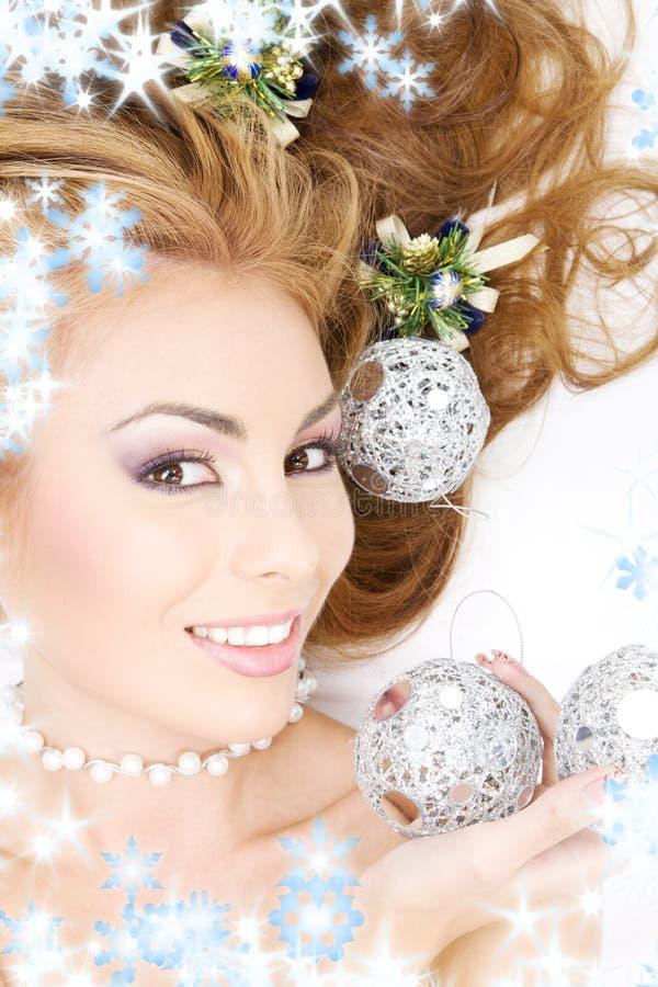 Beau femme avec des billes de Noël photos libres de droits