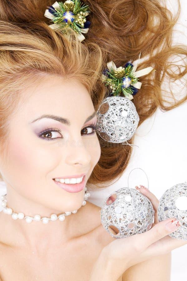 Beau femme avec des billes de Noël image stock