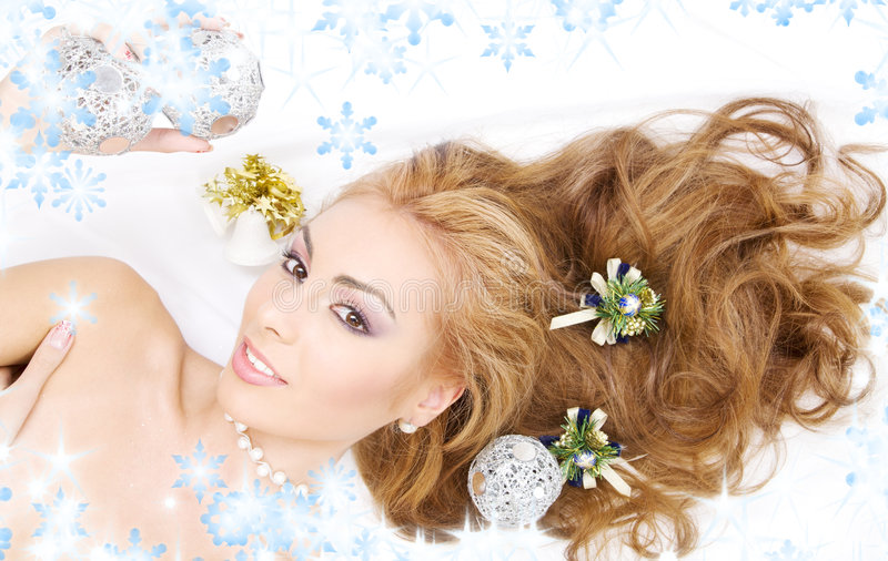 Beau femme avec des billes de Noël photo stock