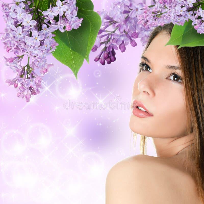 Beau femme avec des fleurs de source images stock
