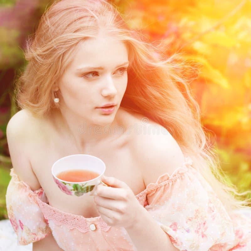 Beau femme avec l'arbre fleurissant Jeune fille de beauté dans le jardin photos stock