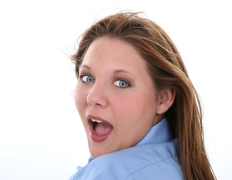 Beau femme avec l'expression étonnée regardant au-dessus de l'épaule images stock