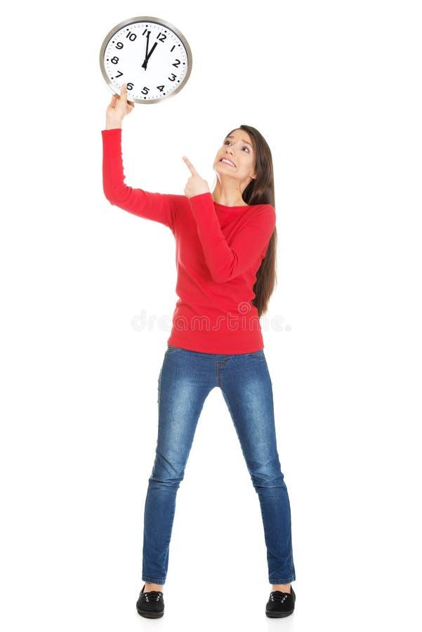 Beau femme avec l'horloge photographie stock