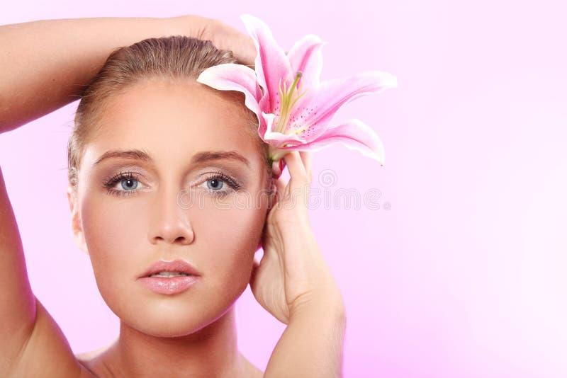 Beau femme avec la fleur de lis image stock