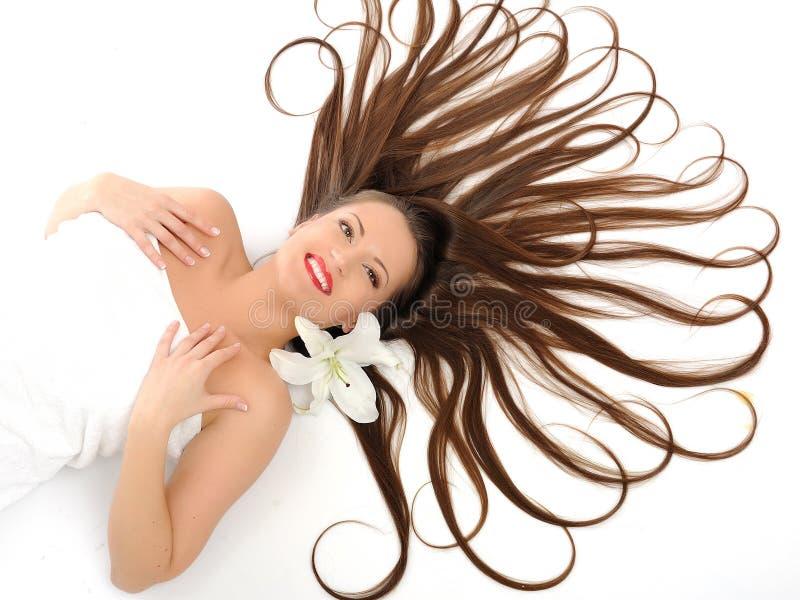 Beau femme avec la longue détente saine de cheveu photos libres de droits
