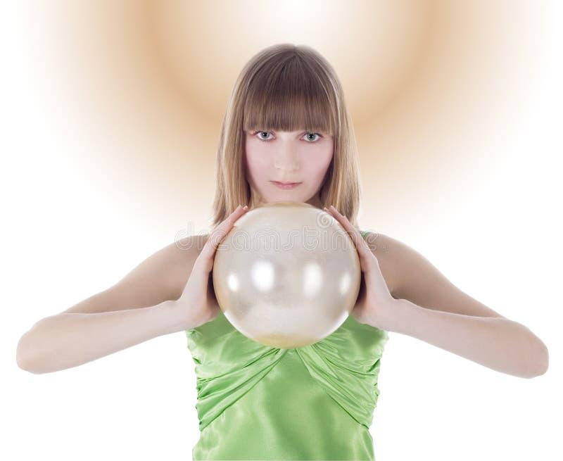 Beau femme avec la sphère d'or à disposition image stock