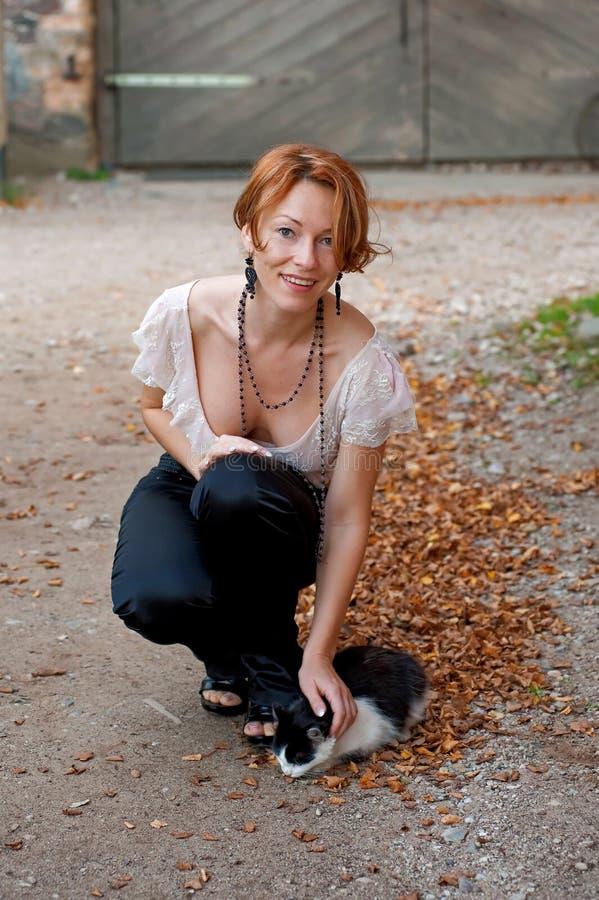 Beau femme avec le chat images libres de droits