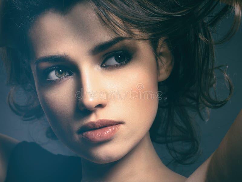 Beau femme avec le cheveu brun Modèle attrayant avec les yeux bruns photo libre de droits