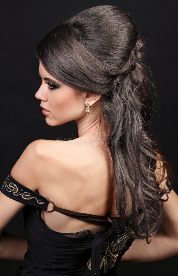 Beau femme avec le cheveu luxuriant de coiffure images libres de droits