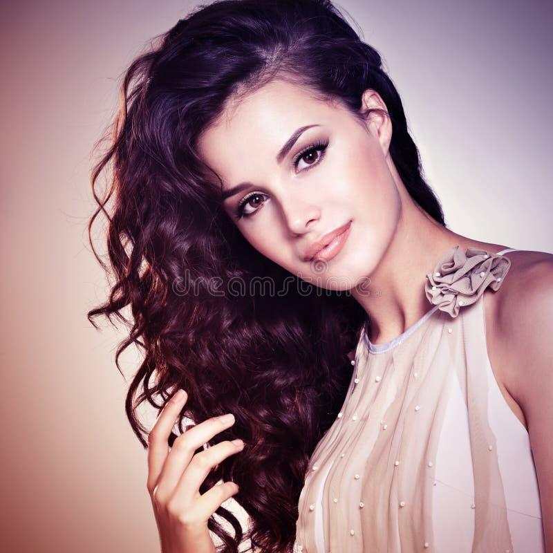 Beau femme avec le long cheveu brun Teinture de l'image photo stock