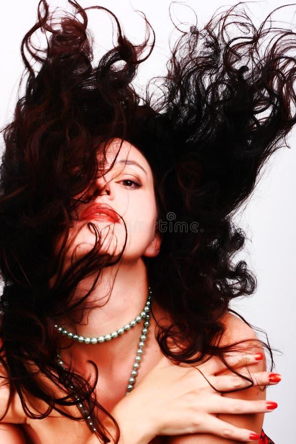 Beau femme avec le long cheveu de vol images stock