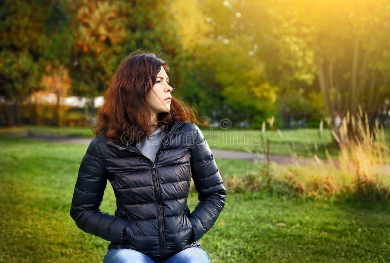 Beau femme avec le long cheveu foncé photo stock