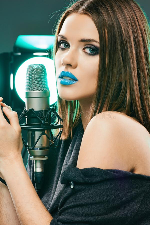 Beau femme avec le microphone Long cheveu photo stock