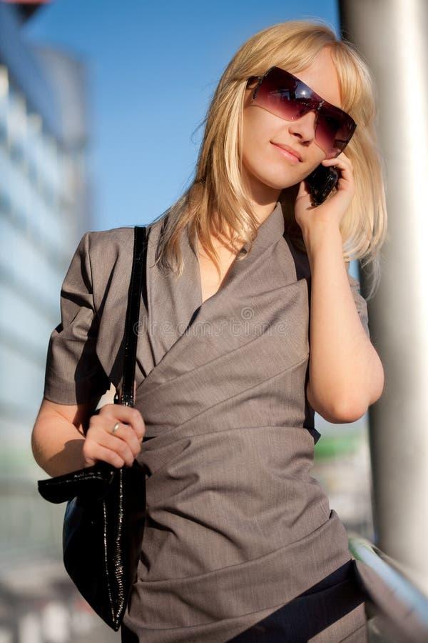 Beau femme avec le portable photo libre de droits