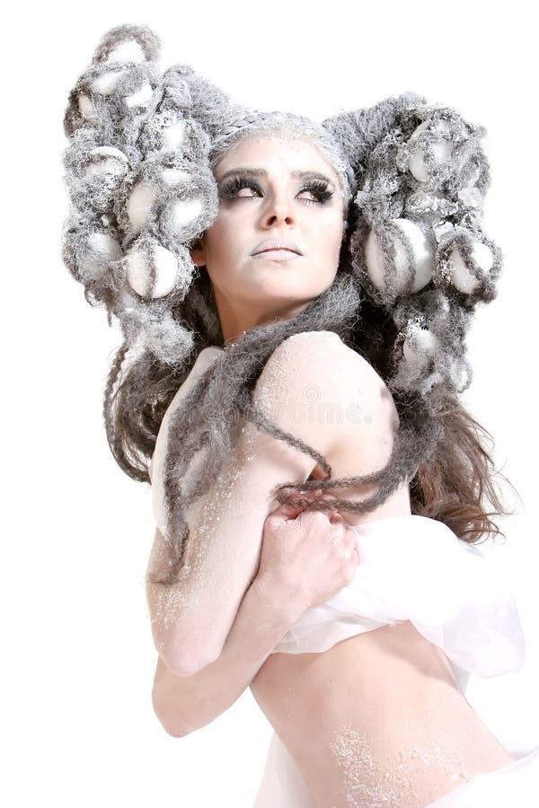 Beau femme avec le renivellement et la coiffure de mode photo libre de droits
