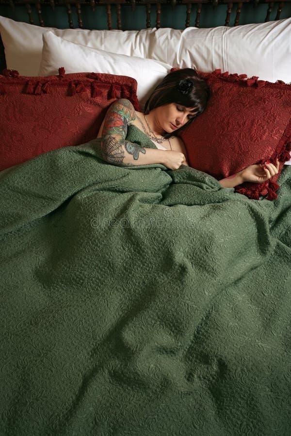 Beau femme avec le sommeil de tatouages image stock